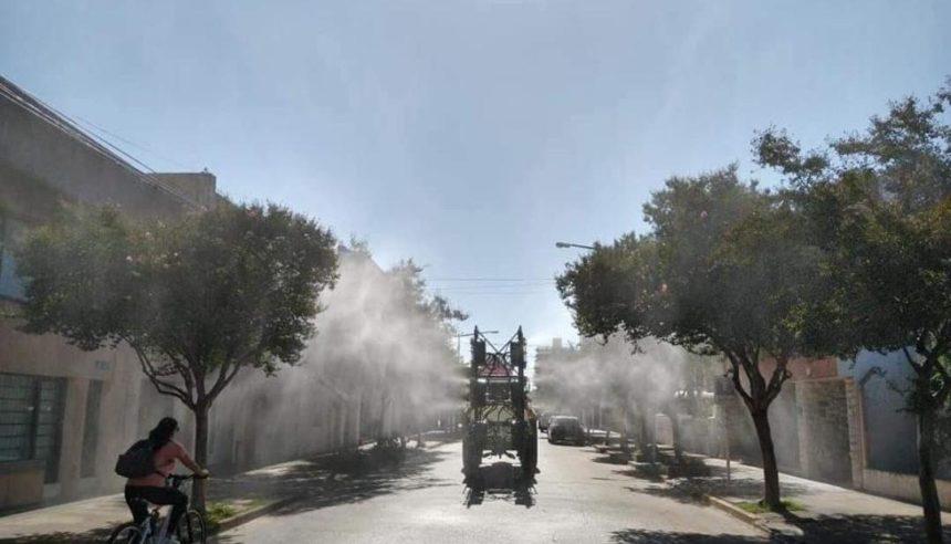 Equipo pulverizador de desarrollo local desinfecta calles con agua clorada