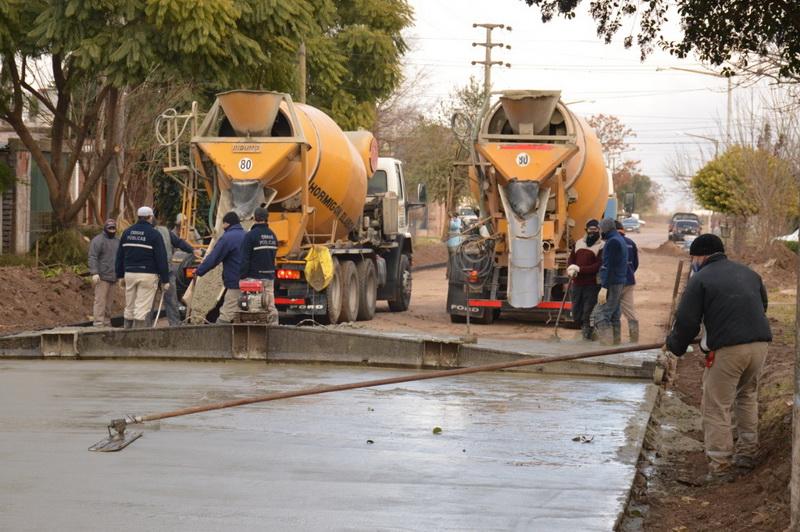 Con esfuerzo conjunto de vecinos y municipalidad avanza la pavimentación de calles en la ciudad