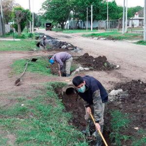 El municipio acelera los trabajos de limpieza de cunetas y colocación de tubos de desagüe en los barrios