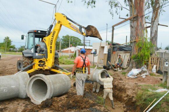 Mantenimiento permanente: el Municipio continúa con su trabajos de zanjeo y limpieza de canales semana a semana