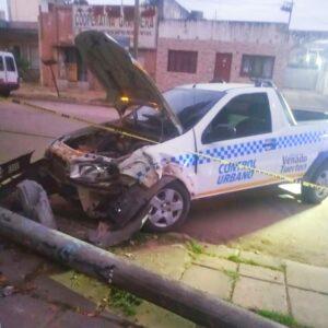 Imprudencia de motociclistas: agentes de Tránsito municipal colisionaron contra una columna por esquivar a dos motos que circulaban a contramano