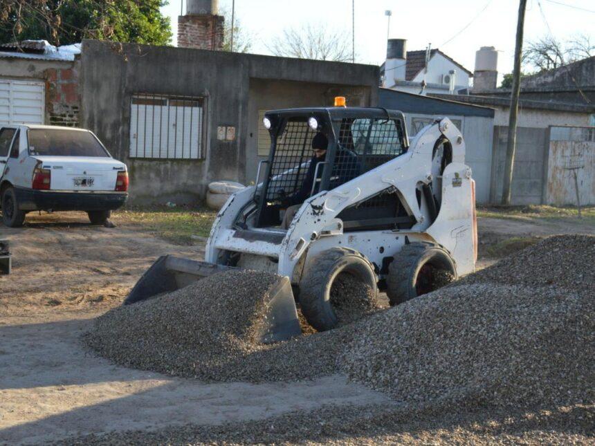 Sigue el arreglo de calles: el Municipio avanza con trabajos de abovedado y colocación de piedra en distintos barrios