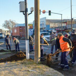 El Gobierno Municipal avanza con la limpieza del badén colector de Ruta 8 en su tramo urbano