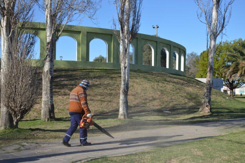 El objetivo de una ciudad más limpia: el Municipio realiza múltiples trabajos en plazas y paseos