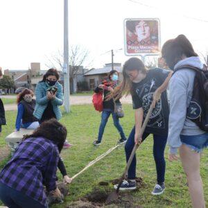 "Estudiantes plantaron árboles en plaza Macacha Güemes como parte del proyecto ""Respir-arg"""