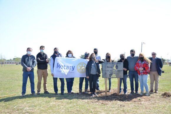 El Gobierno municipal y Rotary Club Venado Tuerto plantaron cien árboles en plaza «Papa Francisco»